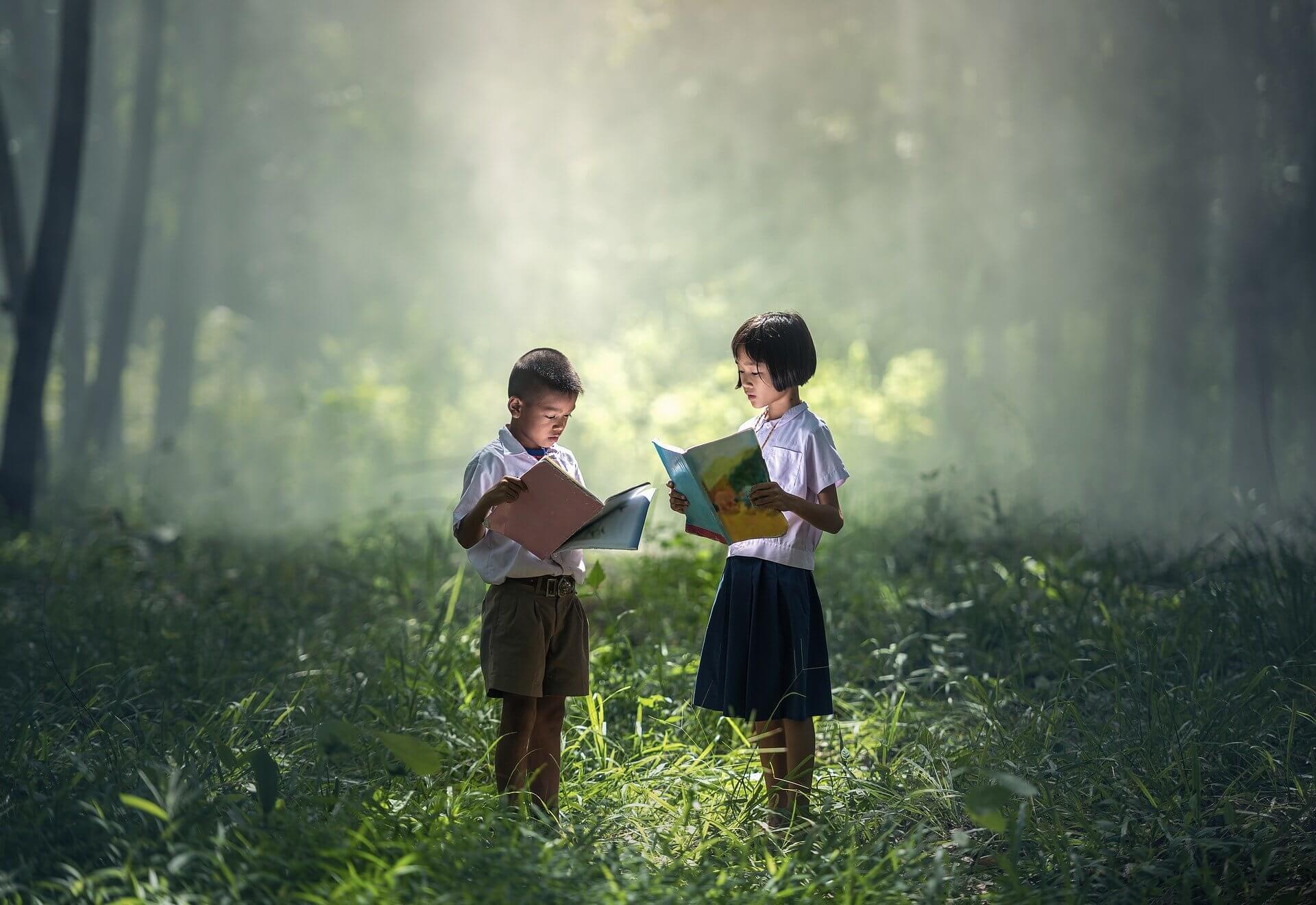 2 bocah membaca sambil berdiri