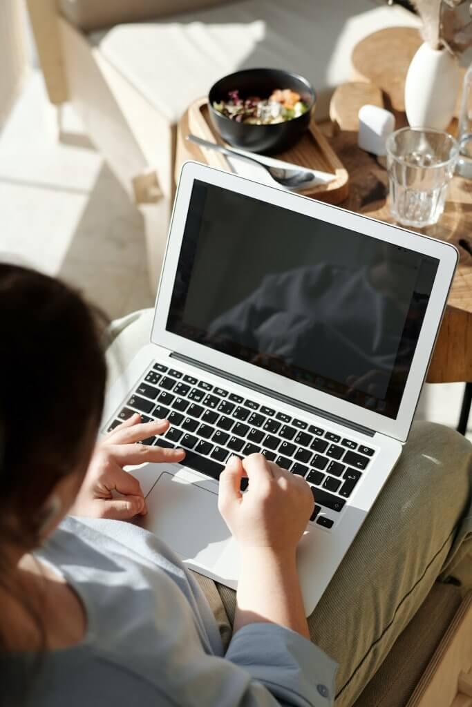 Gambar laptop dengan kontras gelap
