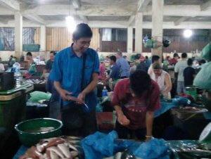 Harus menjual ikan di pagi untuk membiayai hidup